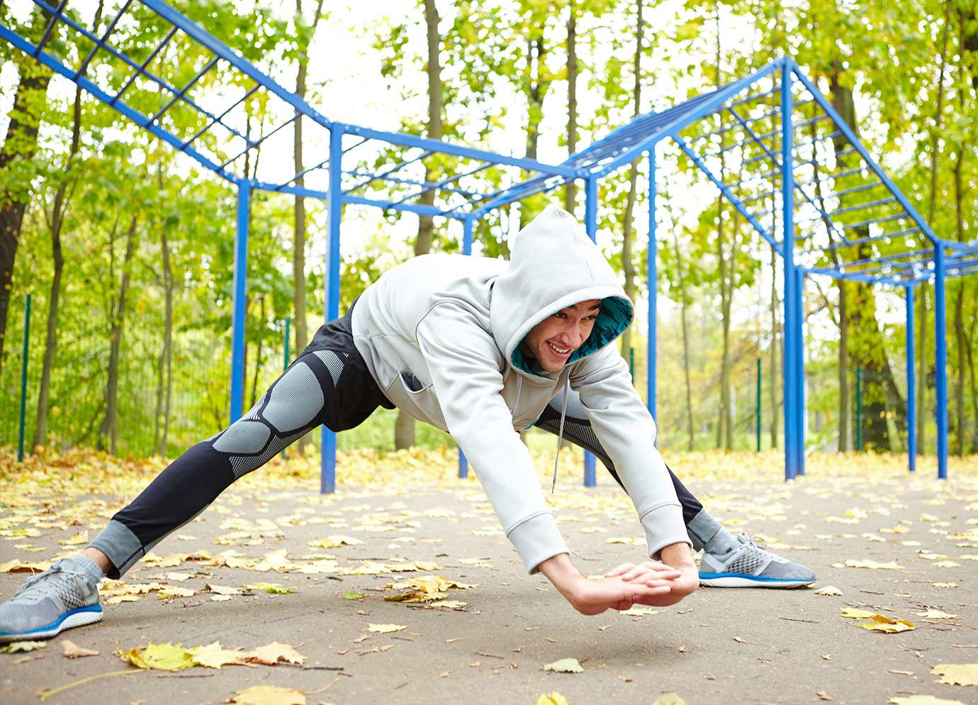 Un homme faisant du street workout