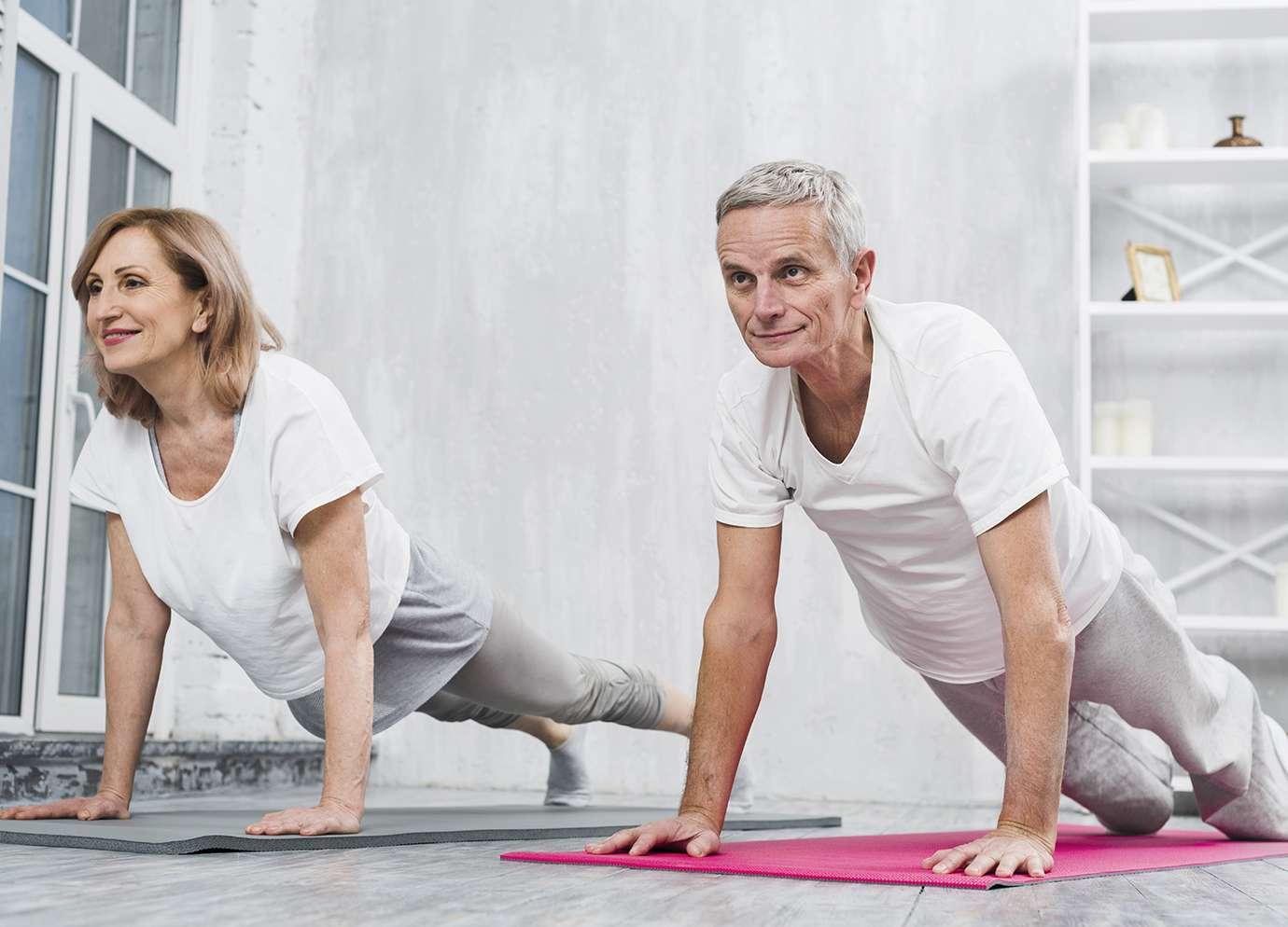 Deux personnes sur un tapis en train de faire du sport santé fitness pour entretenir la forme physique