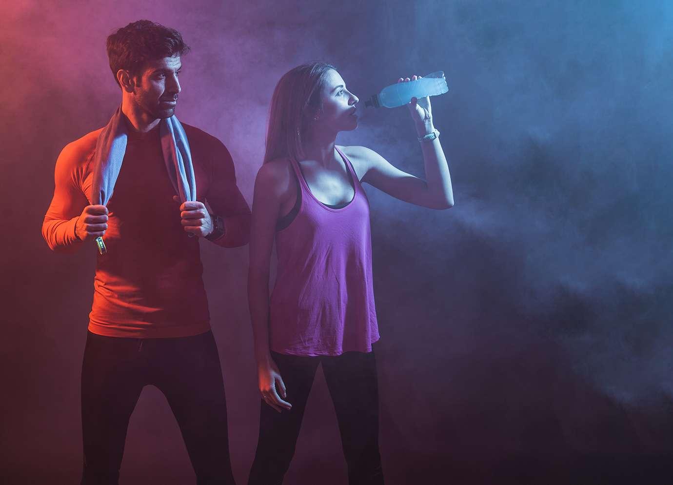 Couple homme femme faisant du sport au poids de corps
