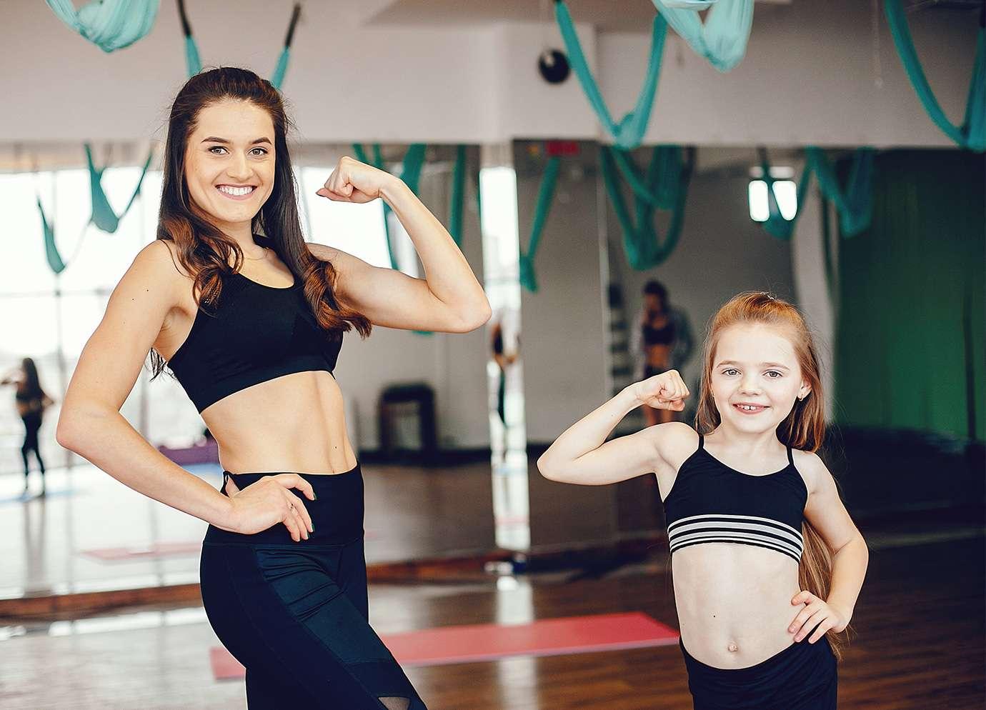 Une mère et sa fille faisant du sport